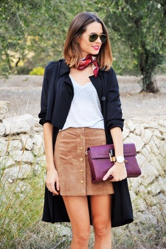 This combination of a black duster coat and a khaki suede button skirt is perfect for off-duty occasions.