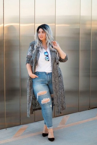 How to wear: grey lace duster coat, white v-neck t-shirt, blue ripped skinny jeans, black suede pumps