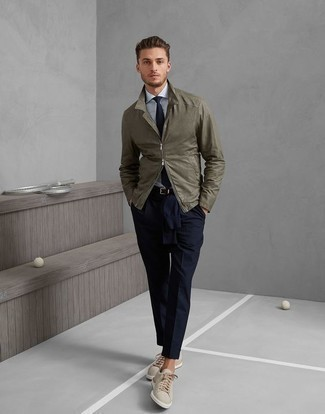 Men's Looks & Outfits: What To Wear In Fall: Combining an olive field jacket and navy dress pants is a surefire way to inject your styling lineup with some manly refinement. If you need to effortlessly dial down your look with one single piece, complement this outfit with a pair of beige canvas low top sneakers. We promise this combination is the answer to all of your transitional style woes.