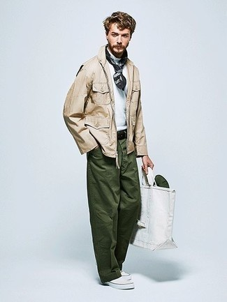 How to Wear White Canvas Slip-on Sneakers For Men: A beige field jacket and dark green chinos married together are a good match. A pair of white canvas slip-on sneakers looks perfect here.