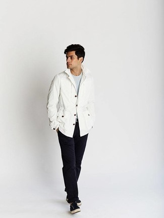 How to Wear Black Chinos: Pair a white field jacket with black chinos for comfort dressing with a modern take. Introduce black canvas low top sneakers to the mix to give a hint of stylish effortlessness to your getup.