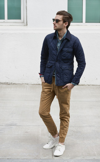 A huge thumbs up to this pairing of a field jacket and camel chinos! A pair of white low top sneakers fits right in here. When it comes to dressing for summer-to-fall weather, nothing beats a knockout combo that can take you from season to season.