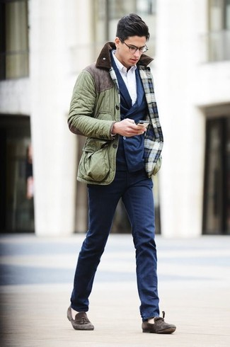 This combo of a field jacket and navy chinos is the perfect balance between comfy and dapper. A pair of dark grey suede tassel loafers adds more polish to your overall look.  Seeing as autumn is settling in, this ensemble appears a wonderful idea for in between seasons.