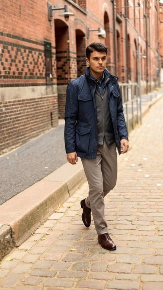 Navy Field Jacket Outfits: A navy field jacket and brown chinos will add serious style to your current casual fashion mix. If you need to immediately step up your ensemble with a pair of shoes, why not throw a pair of dark brown leather oxford shoes into the mix?
