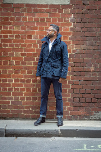 Navy Field Jacket Outfits: A navy field jacket and navy jeans paired together are a perfect match. And if you want to instantly polish off this ensemble with shoes, why not complement this outfit with a pair of black leather brogues?