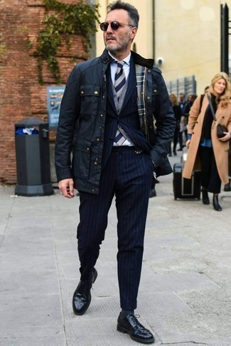 How to Wear Navy Socks For Men: A navy field jacket and navy socks will add serious style to your day-to-day off-duty repertoire. For something more on the sophisticated side to complement your outfit, introduce black leather derby shoes to the equation.