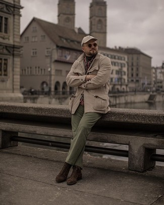 Men's Outfits 2021: A beige field jacket and olive chinos have become a favorite combination for many sartorially savvy gents. For something more on the smart end to finish your outfit, complement this outfit with dark brown suede casual boots.