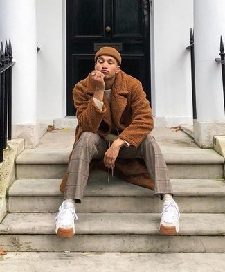 Beanie Outfits For Men: This combo of a tobacco fur coat and a beanie is a safe go-to for an effortlessly dapper look. Complement this ensemble with white athletic shoes and ta-da: the look is complete.