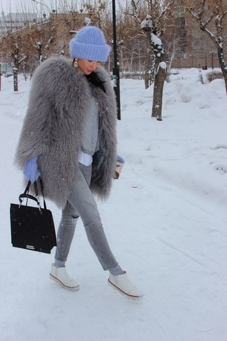 How to wear: grey fur coat, grey cropped sweater, white crew-neck t-shirt, grey ripped skinny jeans