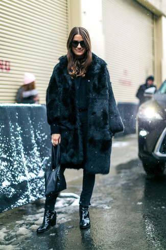 How to wear: black fur coat, black skinny jeans, black leather ankle boots, black leather tote bag