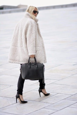 Pair a beige fur coat with black leather skinny jeans for a sleek elegant look. Round off this look with black leather pumps.