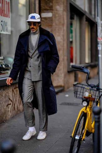 How to Wear a Grey Turtleneck For Men: This combo of a grey turtleneck and a navy fur collar coat comes to rescue when you need to look seriously stylish but have zero time. White low top sneakers bring a relaxed aesthetic to the look.