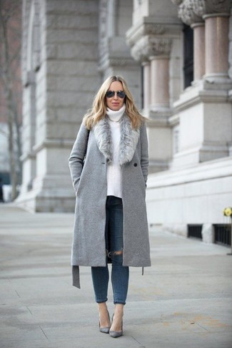 How to Wear a Grey Fur Collar Coat: The pairing of a grey fur collar coat and navy ripped skinny jeans makes this a killer casual ensemble. Take an otherwise standard look in a classier direction by slipping into a pair of grey suede pumps.