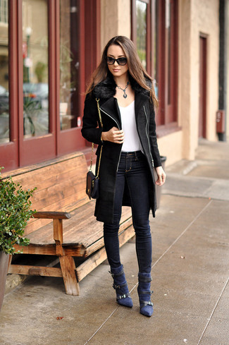 How to wear: black fur collar coat, white v-neck t-shirt, navy skinny jeans, navy suede ankle boots
