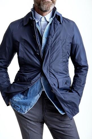Cómo combinar: gabardina azul marino, blazer vaquero azul, camisa de manga larga de rayas verticales celeste, pantalón de vestir gris