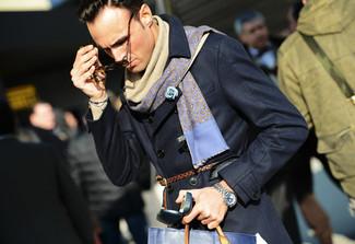 Cómo combinar: gabardina azul marino, bufanda azul, correa de cuero marrón, bufanda en beige