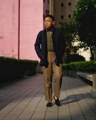 Cómo combinar: gabardina azul marino, camisa polo verde oliva, pantalón de vestir marrón, mocasín de ante negro