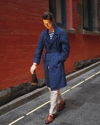 Cómo combinar: gabardina azul marino, camiseta con cuello circular de rayas horizontales en blanco y azul marino, pantalón de vestir de lino en beige, mocasín de cuero marrón