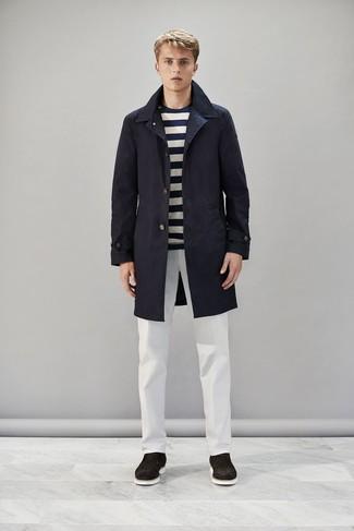 Cómo combinar: gabardina azul marino, camiseta de manga larga de rayas horizontales en azul marino y blanco, pantalón chino blanco, botas safari de ante en marrón oscuro