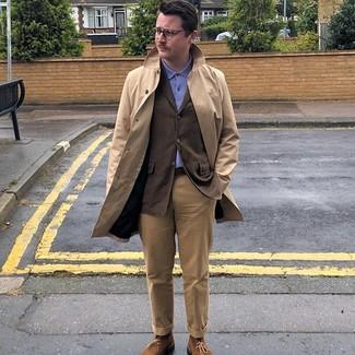 Cómo combinar: gabardina marrón claro, blazer en marrón oscuro, camisa polo azul, pantalón chino marrón claro