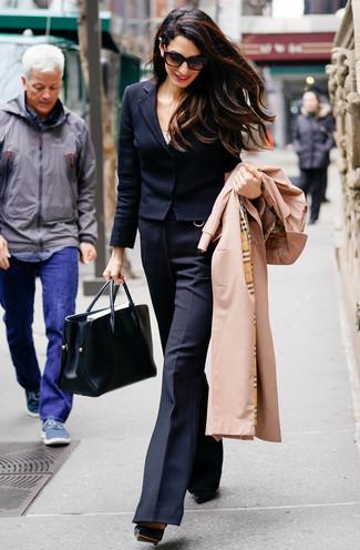 Cómo combinar: gabardina marrón claro, blazer de lana negro, camiseta sin manga blanca, pantalón de campana de lana negro