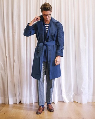 Cómo combinar: gabardina azul marino, blazer cruzado de lana azul marino, camiseta con cuello circular de rayas horizontales en blanco y azul marino, pantalón de vestir de lana gris