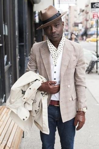 Cómo combinar: gabardina en beige, blazer cruzado en beige, chaleco de vestir blanco, camiseta con cuello circular blanca