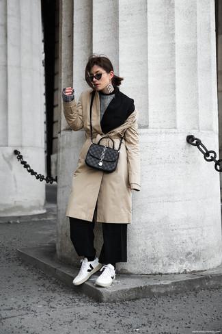 Cómo combinar: gabardina en beige, blazer negro, jersey con cuello circular gris, pantalones anchos negros
