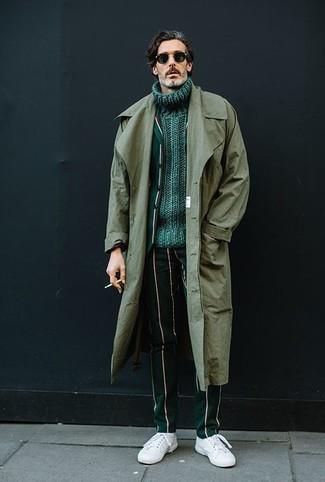 Cómo combinar: gabardina verde oliva, blazer de rayas verticales verde oscuro, jersey de cuello alto de punto verde, pantalón de vestir de rayas verticales verde oscuro