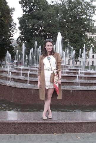 Cómo combinar: gabardina de ante marrón, blusa sin mangas de seda blanca, falda skater de encaje blanca, bailarinas de cuero en beige