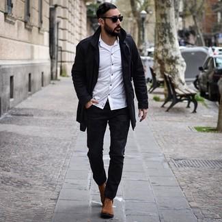 Cómo combinar: gabardina negra, camisa de manga larga blanca, camiseta sin mangas blanca, vaqueros desgastados negros