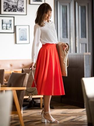Cómo combinar: gabardina marrón claro, camisa de vestir blanca, falda midi plisada roja, sandalias de tacón de cuero blancas