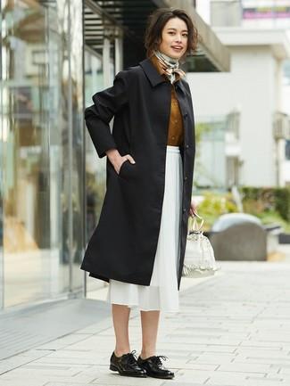 Cómo combinar: gabardina negra, camisa de vestir en tabaco, falda midi de gasa blanca, zapatos oxford de cuero negros