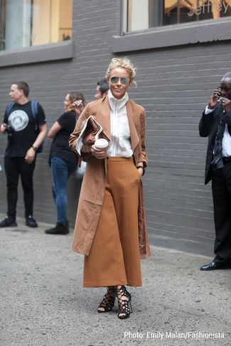 Cómo combinar: gabardina marrón claro, camisa de vestir blanca, falda pantalón marrón claro, sandalias de tacón de ante negras