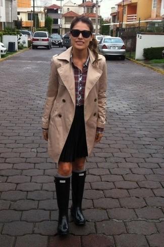 Cómo combinar: gabardina marrón claro, camisa de vestir de tartán roja, minifalda plisada negra, botas de lluvia negras