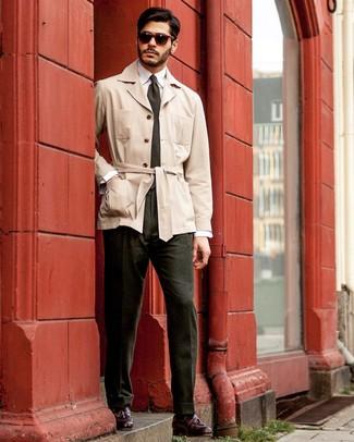 Cómo combinar: gabardina en beige, camisa de vestir blanca, pantalón de vestir verde oscuro, mocasín con borlas de cuero burdeos
