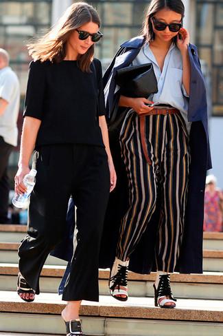 Emparejar una gabardina azul marino y unos pantalones de pijama de rayas verticales negros de Stella McCartney es una opción cómoda para hacer diligencias en la ciudad. Dale un toque de elegancia a tu atuendo con un par de botines de cuero con recorte blancos.
