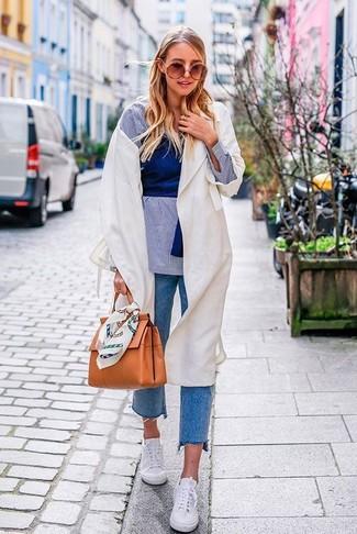 Cómo combinar: gabardina ligera blanca, camisa de vestir de cambray celeste, top corto azul, vaqueros azules