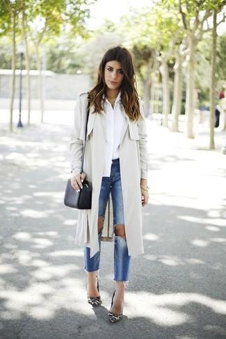 Cómo combinar: gabardina en beige, camisa de vestir blanca, vaqueros desgastados azules, zapatos de tacón de ante de leopardo blancos
