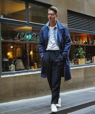 Cómo combinar: gabardina azul marino, camisa vaquera celeste, camiseta con cuello circular blanca, pantalón chino de lino negro
