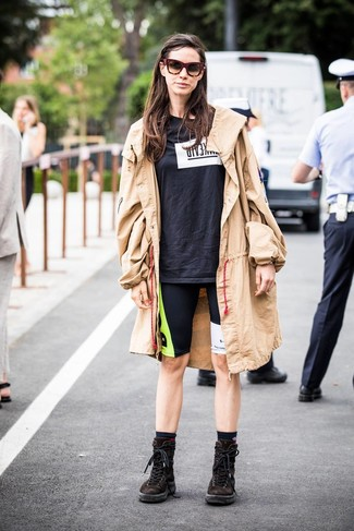 Cómo combinar: gabardina marrón claro, camiseta con cuello circular estampada en negro y blanco, mallas ciclistas estampadas negras, botas planas con cordones de ante en marrón oscuro