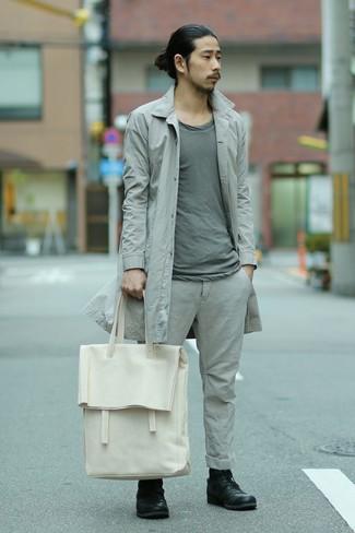 Cómo combinar: gabardina gris, camiseta con cuello circular gris, pantalón chino gris, botas casual de cuero negras