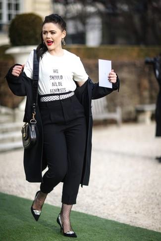 Cómo combinar: gabardina negra, camiseta con cuello circular estampada en blanco y negro, pantalón de pinzas negro, zapatos de tacón de ante en negro y blanco