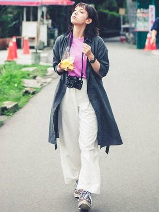 Cómo combinar: gabardina en gris oscuro, camiseta con cuello circular rosa, pantalones anchos blancos, deportivas en multicolor