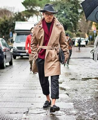 Cómo combinar: gabardina marrón claro, cárdigan con cuello chal burdeos, camiseta con cuello circular negra, pantalón chino de lana en gris oscuro