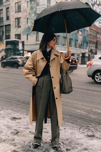 Cómo combinar: gabardina marrón claro, cárdigan negro, jersey de cuello alto blanco, pantalones anchos grises