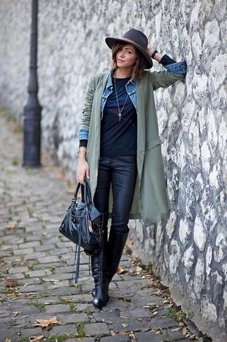 Cómo combinar: gabardina ligera verde oliva, chaqueta vaquera celeste, camiseta de manga larga estampada negra, vaqueros pitillo de cuero negros