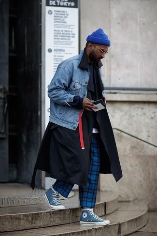 Cómo combinar: gabardina negra, chaqueta vaquera azul, sudadera azul marino, camiseta con cuello circular blanca