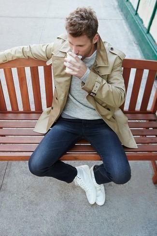 Cómo combinar: gabardina en beige, camiseta de manga larga gris, vaqueros pitillo azul marino, zapatillas altas blancas