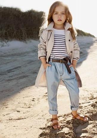 Cómo combinar: gabardina en beige, camiseta de rayas horizontales en blanco y negro, vaqueros celestes, sandalias marrónes